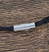 Шнурок снабжен магнитным замком с двойным фиксатором.