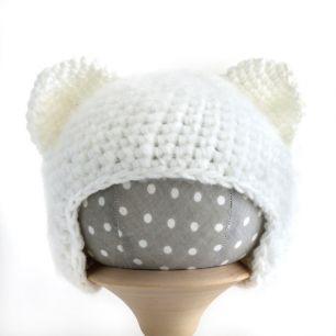 Вязаная шапочка для куклы Кошечка белая