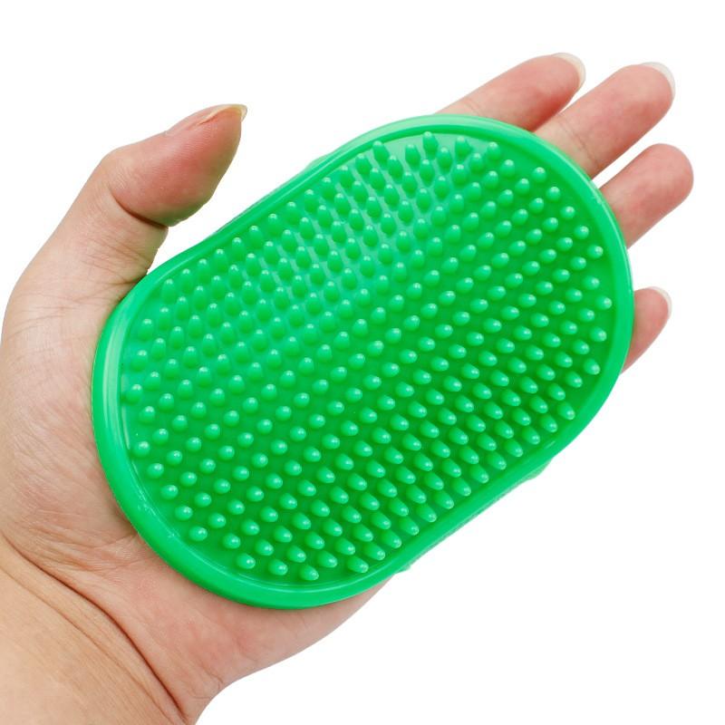 Резиновая массажная щётка для животных Овал, 12х8 см, цвет зеленый