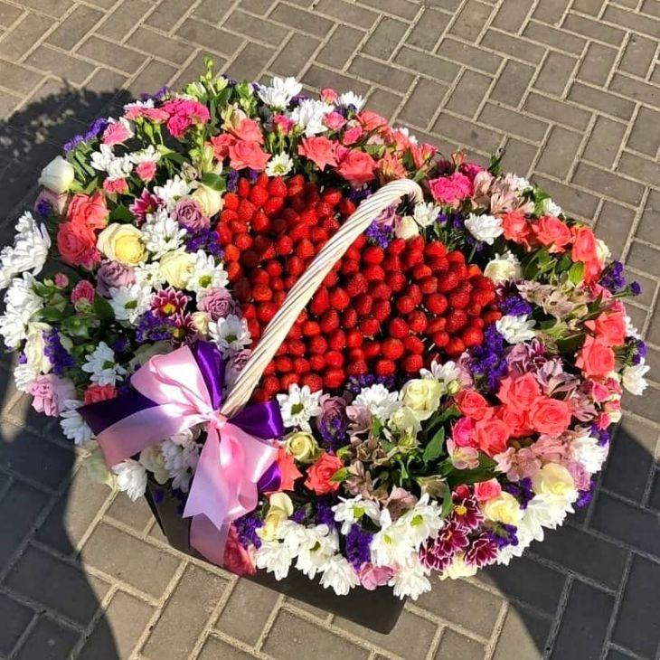 Шикарная корзина цветов и клубники