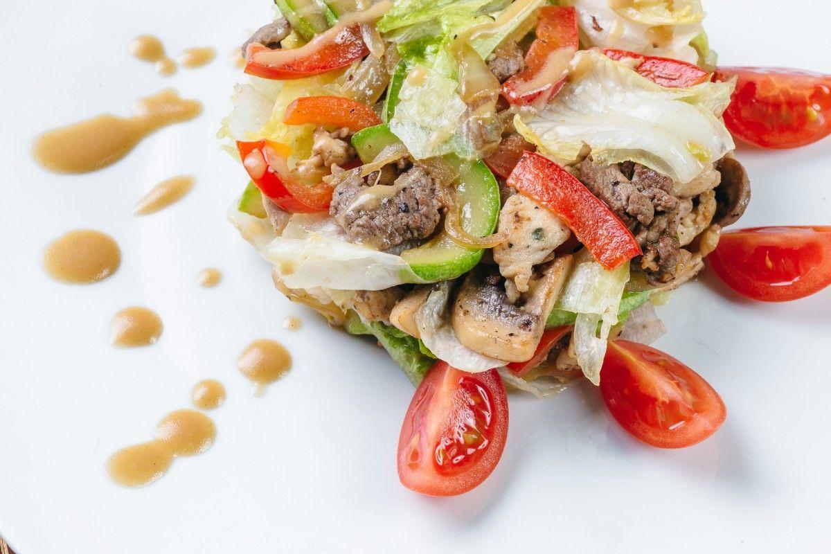 Фирменный салат с говяжьей вырезкой
