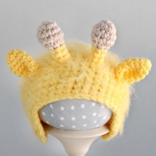 Вязаная шапочка для куклы Жирафик жёлтый