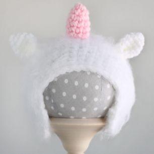 Вязаная шапочка для куклы Единорог белый