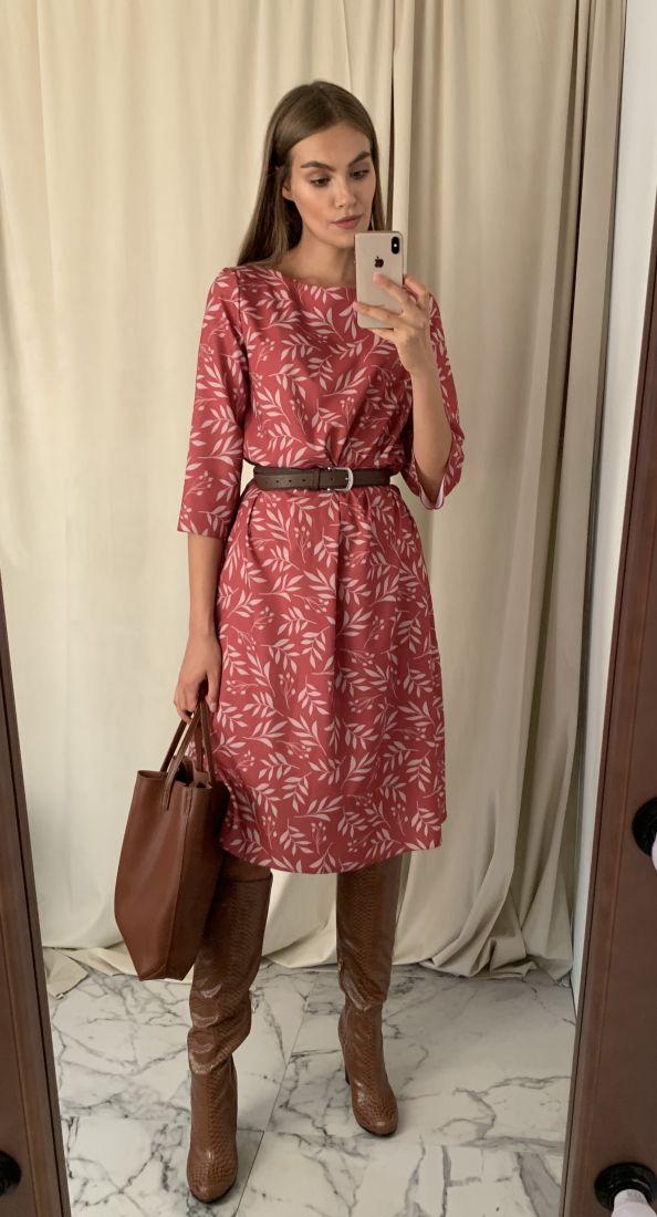 s1514 Платье с флористическим принтом в бордовом оттенке