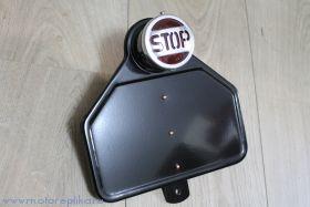 Фонарь с надписью Stop