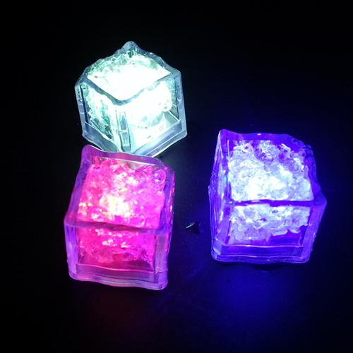 Светящийся кубик светодиодного льда.