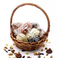 Подарочная корзина из орехов и сухофруктов