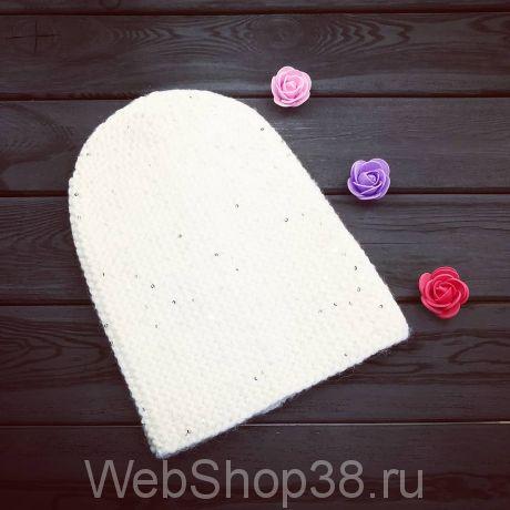 Белая вязаная шапка с пайетками