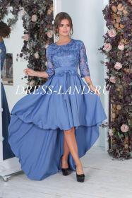 Голубое платье с длинными рукавами и шлейфом
