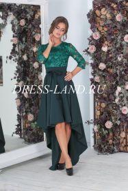 Зеленое платье с длинными рукавами и шлейфом
