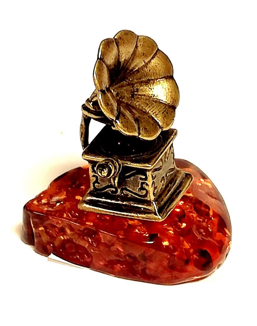 Фигурка Граммофон на янтаре