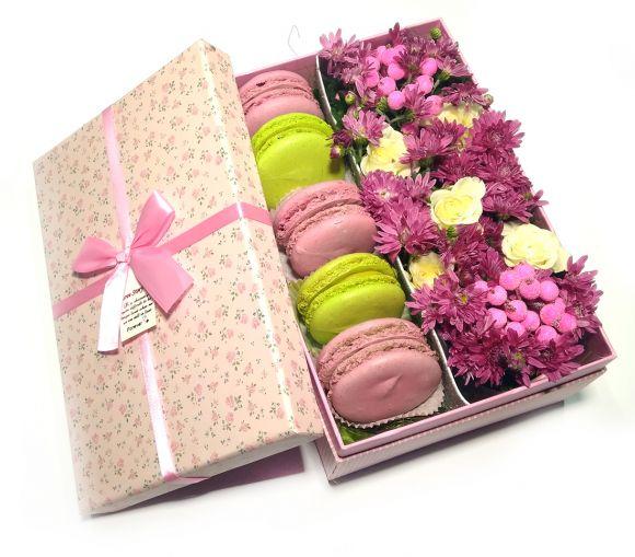 Подарочная коробка с цветами и печеньем