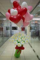 Букет из цветов и шаров сердечек