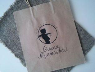 """""""Мастерская О.М."""" Крафт-пакет с кручеными ручками черный логотип"""