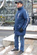 В мужской куртке с воротником вам будет тепло в осеннюю ненастную погоду за счет удлинённого фасона и утеплителя из овечьей шерсти.