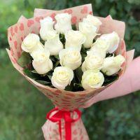 Акция! 15 белых роз 60 см в крафт бумаге