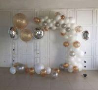 Разнокалиберная гирлянда из шаров белых, золото, серебро