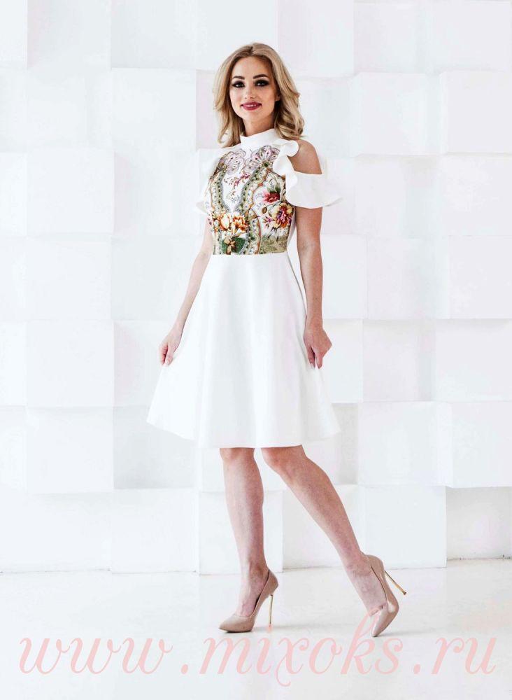 Платье белое с отделкой из платка