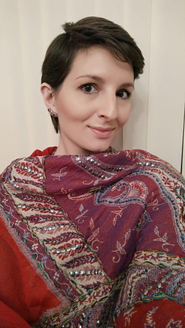 Красно-фиолетовый шерстяной палантин с ручной вышивкой (Москва)