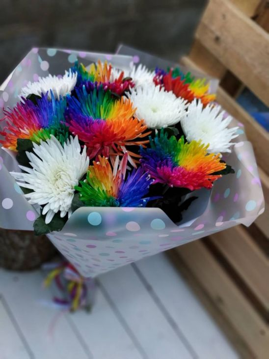 Букет из одноголовых радужных хризантем