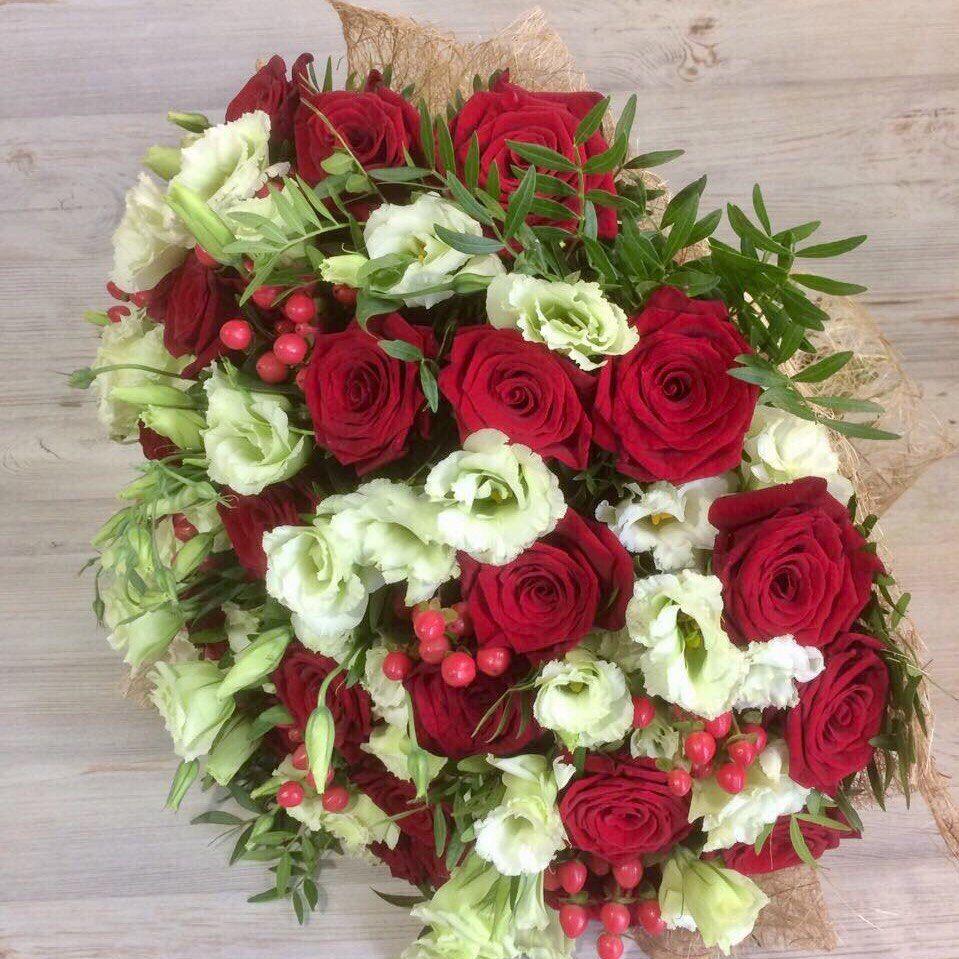 Букет из красных роз и лизиантуса «Благородный вкус»
