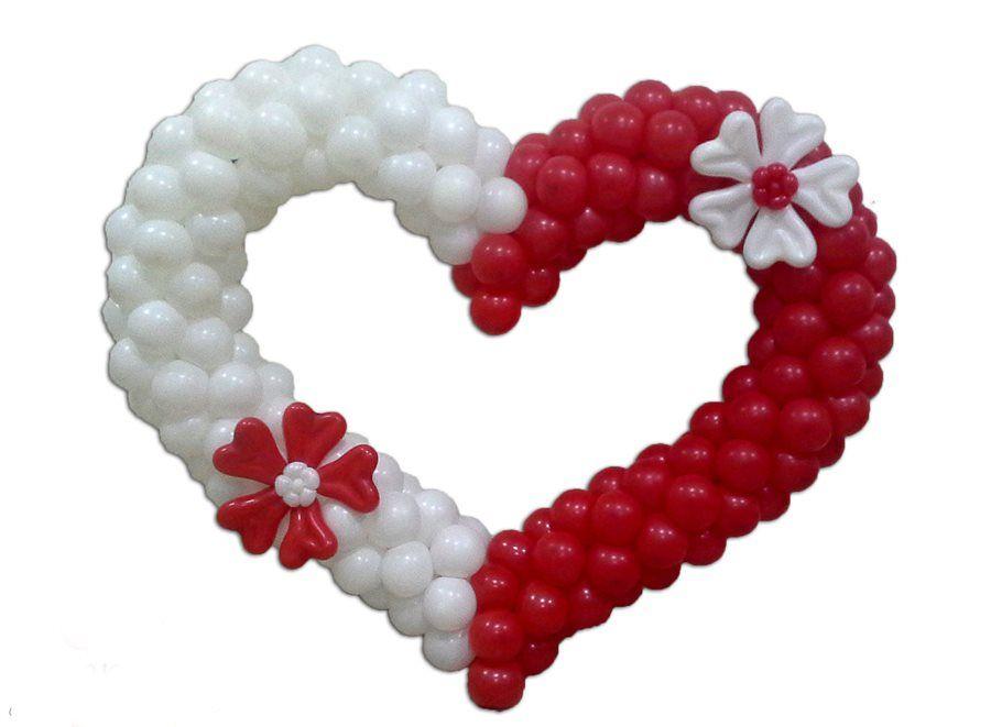 Сердца из красно и белых шаров с декором
