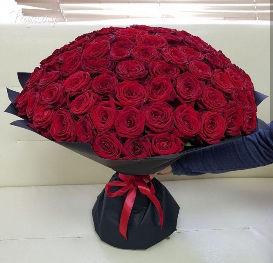 Букет 101 красная роза в чёрном крафте