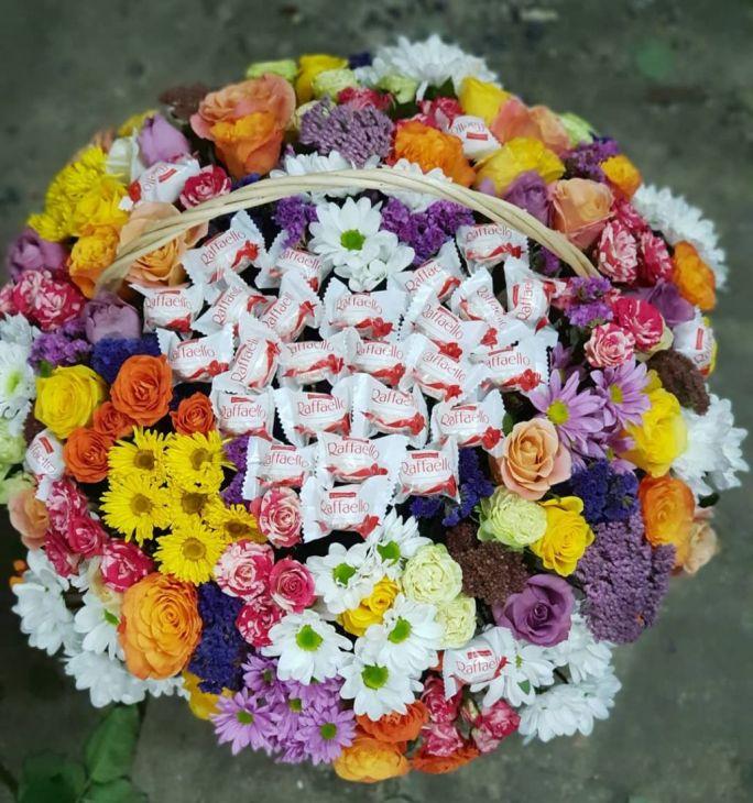 Корзина Макси из рофаэло и микс цветов