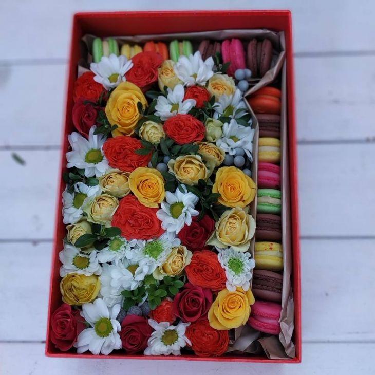 Коробочка из макарун и микс цветов