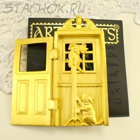 """Брошь """"Кошка и собачка за дверью"""" цвет золота (JJ США)"""