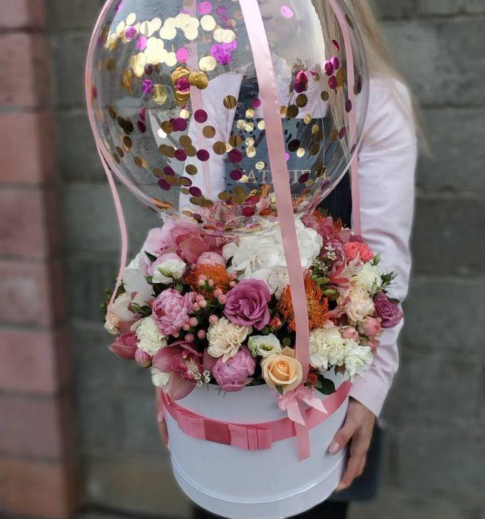 Композиция цветов и шарик