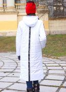 Спинка, рукава и объемный капюшон со стильными лампасами.