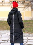 Рукава, спинка и капюшон украшены серебристыми лентами с надписью STREETSTYLE ENIGMA