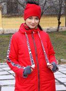красное пальто на молнии и с капюшоном