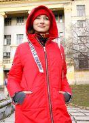 Красное пальто с капюшоном отлично согреет вас в холодное время года.