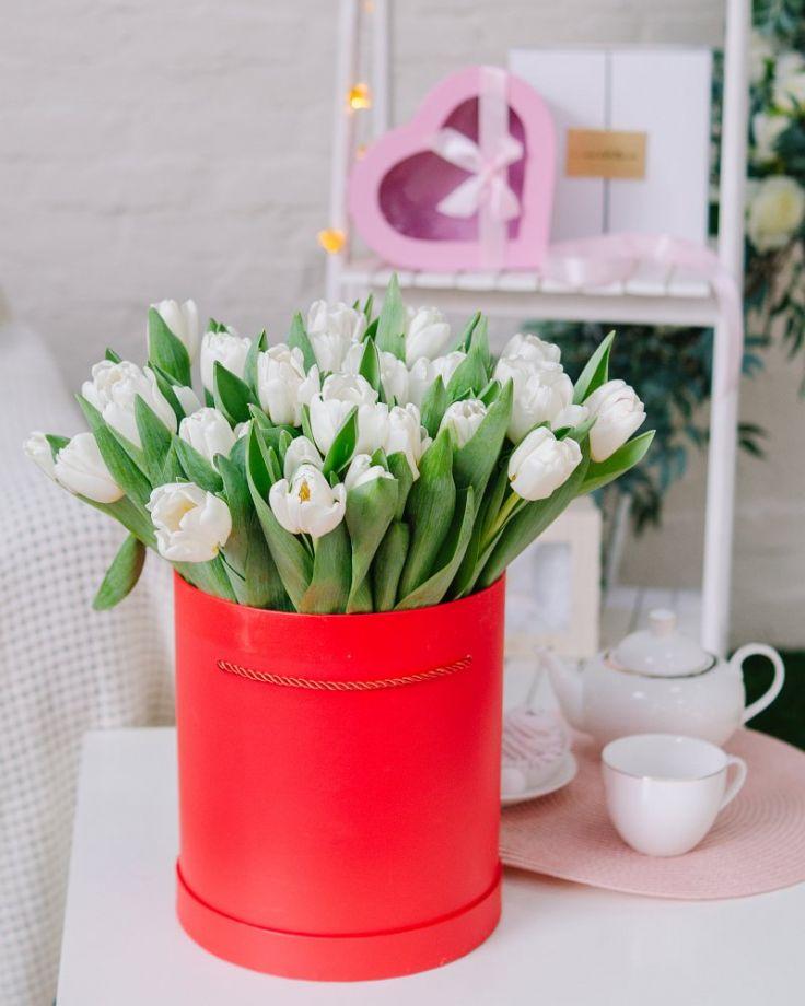 Коробка с цветами из 51 тюльпана c доставкой в Комсомольске