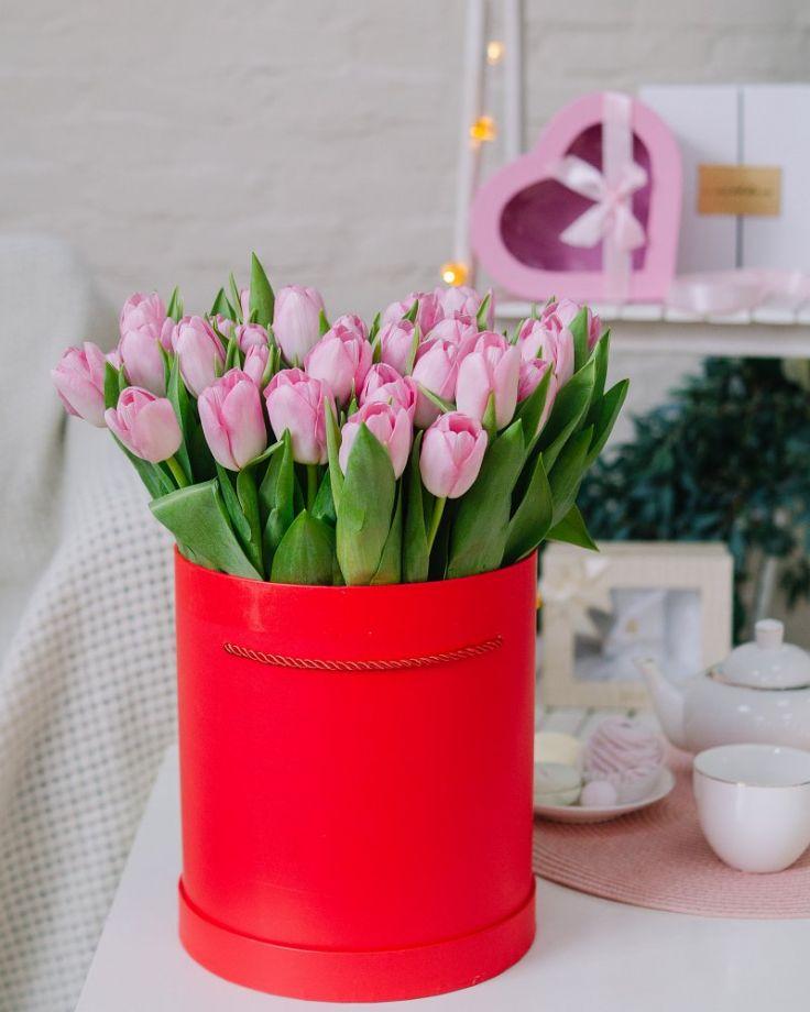 Коробка с цветами из 35 тюльпанов