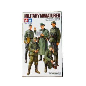 Немецкие офицеры и радист (5 фигур)+ набор вооружения и амуниции (код 35204)