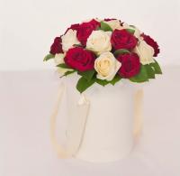 Коробка с Белыми и Красными Розами