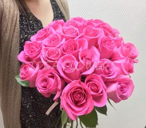 Букет из ярко розовых роз