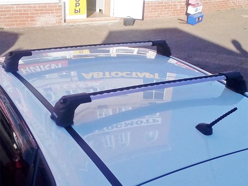 Багажник на крышу Hyundai i30, хэтчбек, Turtle Air 3, аэродинамические дуги в штатные места (серебристый цвет)