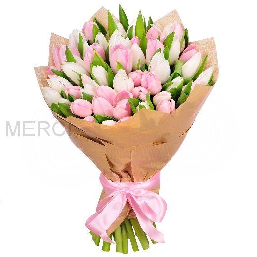51 бело-розовый микс тюльпанов в крафте