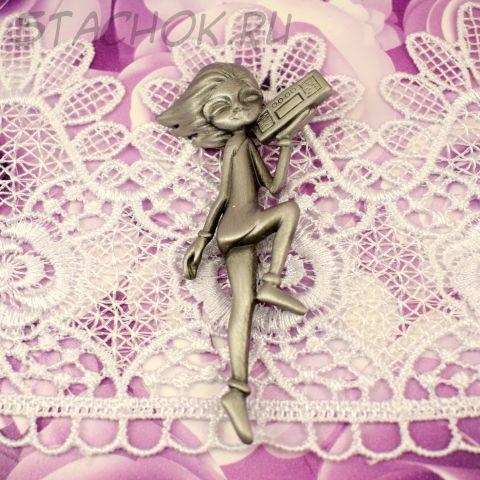 """Брошь """"Девушка с магнитофоном"""" цвет олова (AJC США)"""