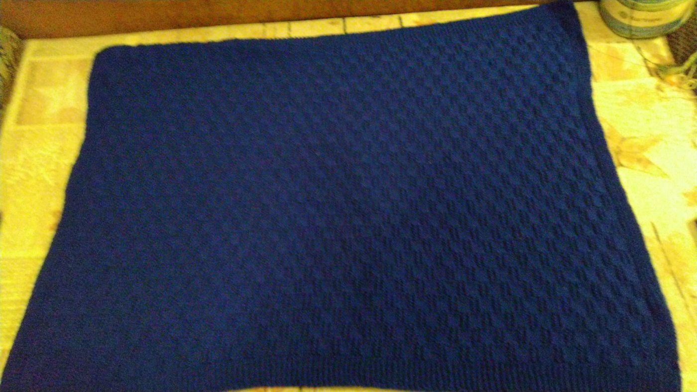 Вязаный детский плед для мальчика(тёмно-синий).