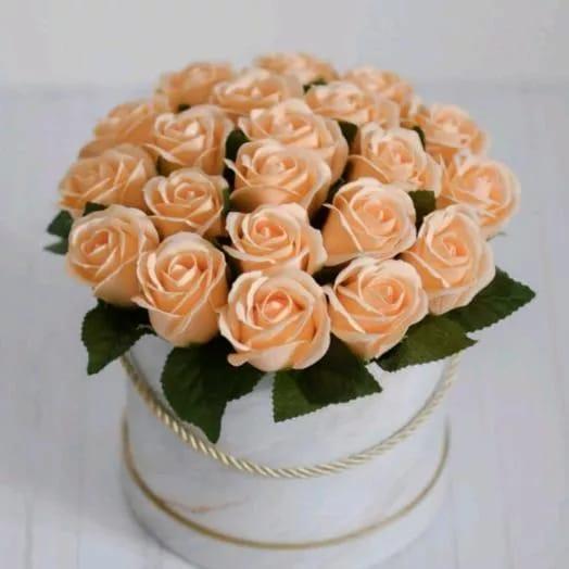 25 персиковых роз в шляпной коробки