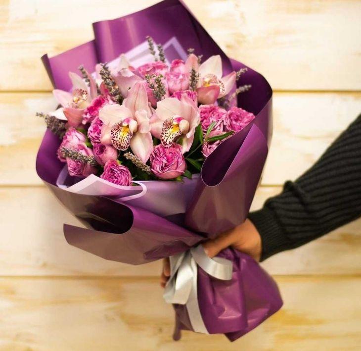Букет из орхидей и пионовидной розы