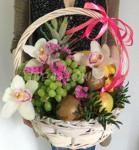 Фруктовая корзина с орхидеей