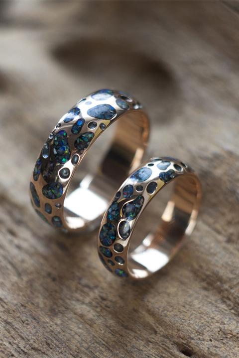 Обручальные кольца с инкрустацией в углублениях
