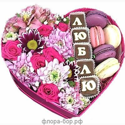 "Цветы в коробке ""Люблю"" (макаруны)"