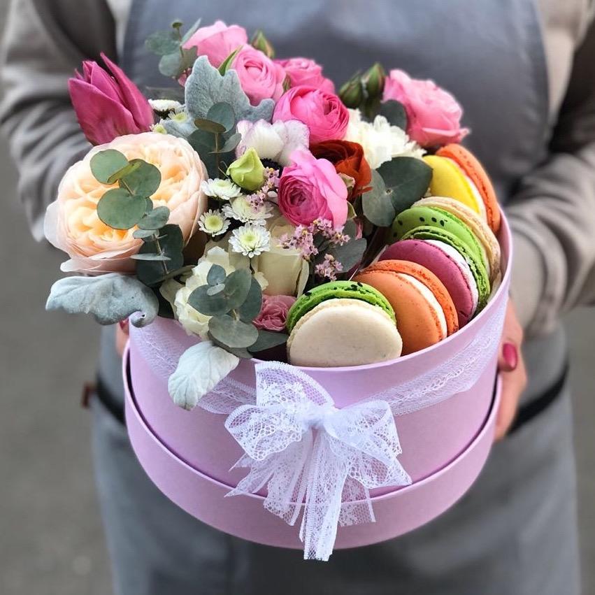 Цветы и макаронс в коробочке